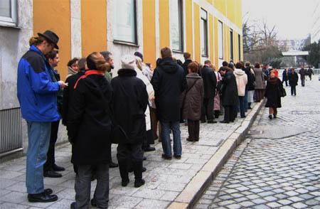 Schlange vor der Franz Marc Ausstellung 2
